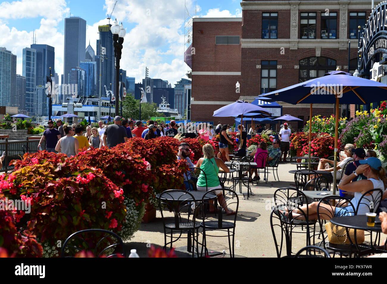 Menschen entspannen am Navy Pier, mit dem Blick auf die Innenstadt von Chicago im Hintergrund Stockfoto