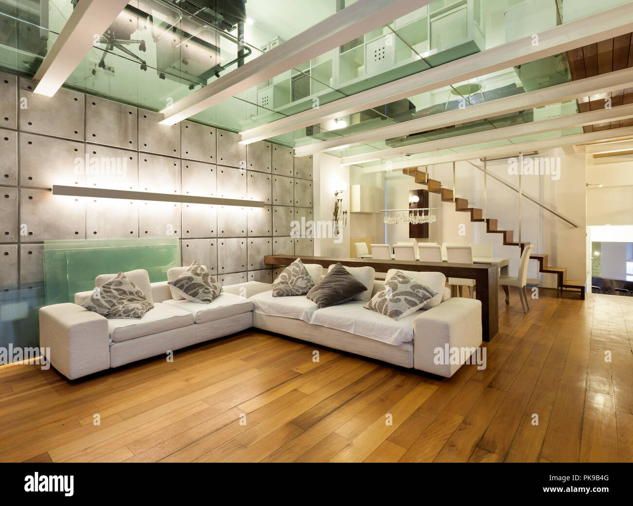 Architektur Grosse Loft Mit Modernen Mobeln Wohnzimmer Stockfoto