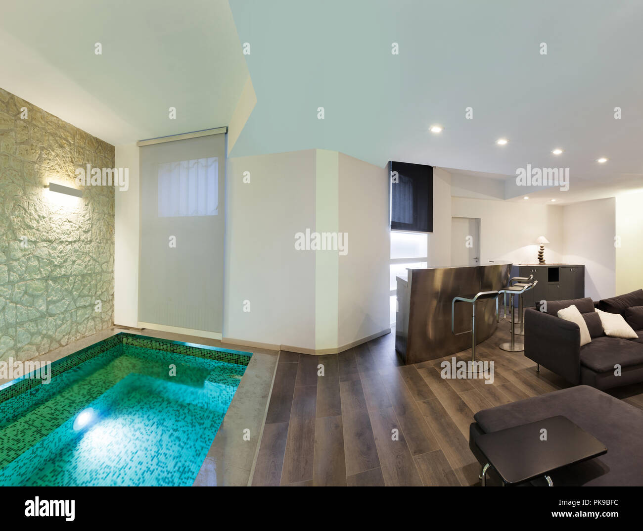 Architektur, große Loft, Wohnzimmer mit Pool Stockfoto, Bild ...