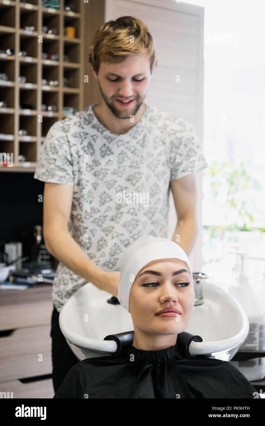 Friseur Handtuch wickeln des Kunden. Brünette Frau, Haar Behandlung in einen Salon. Stockbild
