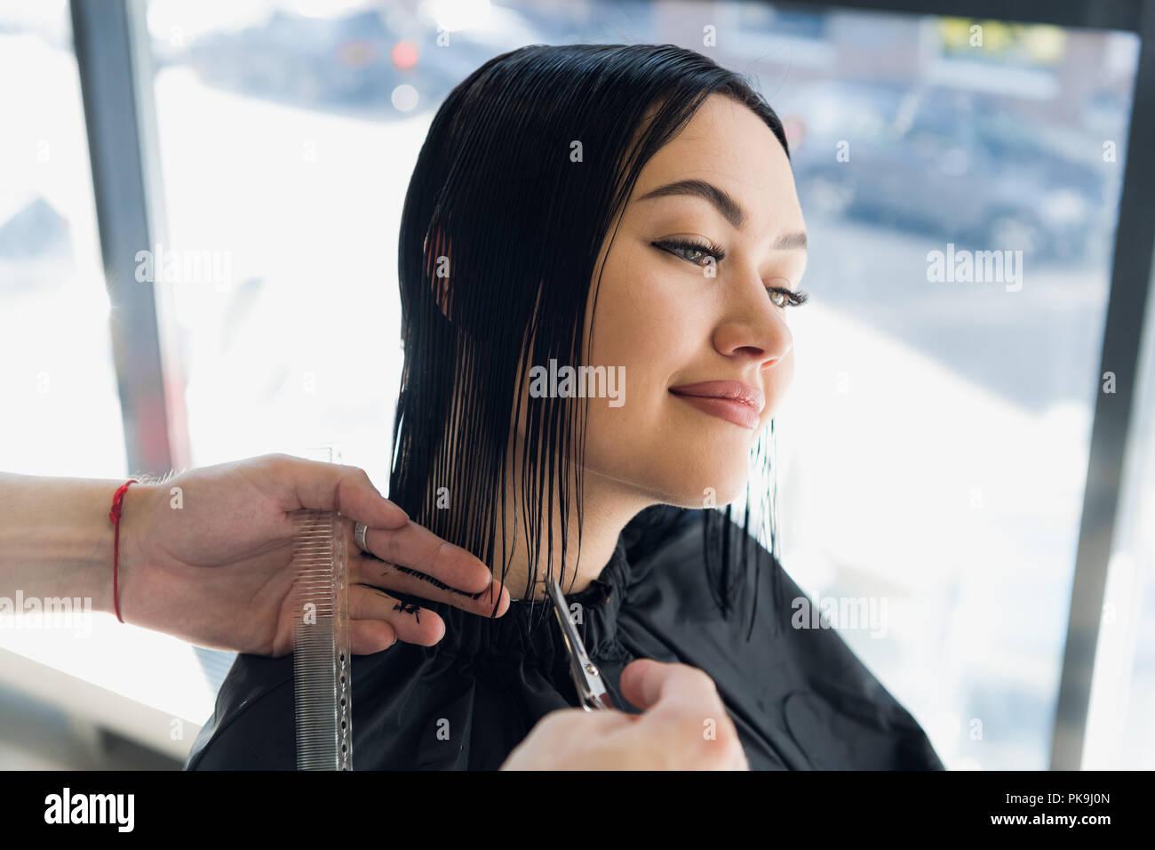 Junge Schone Frau Die Ihr Haar Im Friseur Schneiden Geniessen Sie
