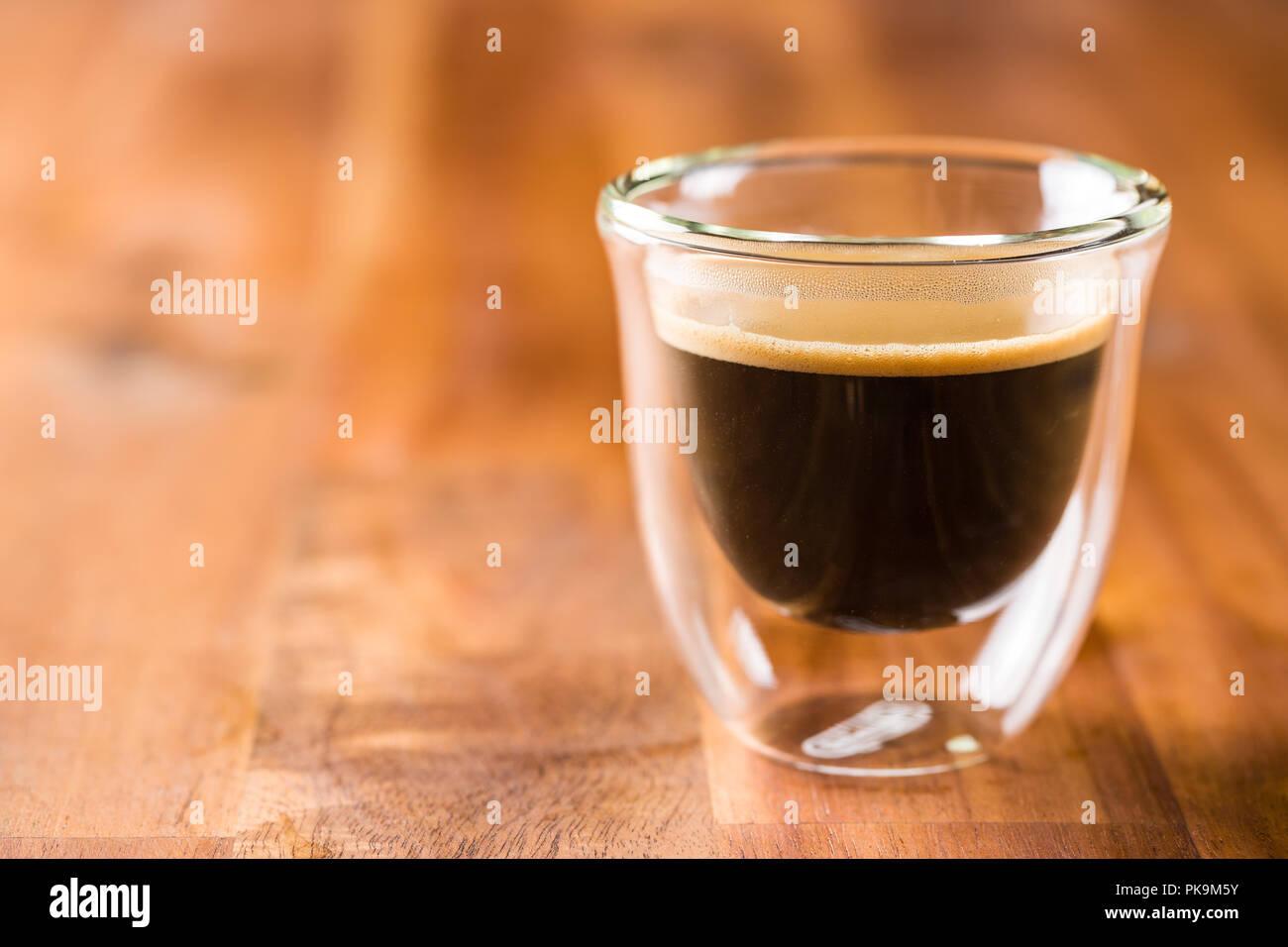 Tasse Espresso Kaffee auf Holztisch. Stockbild