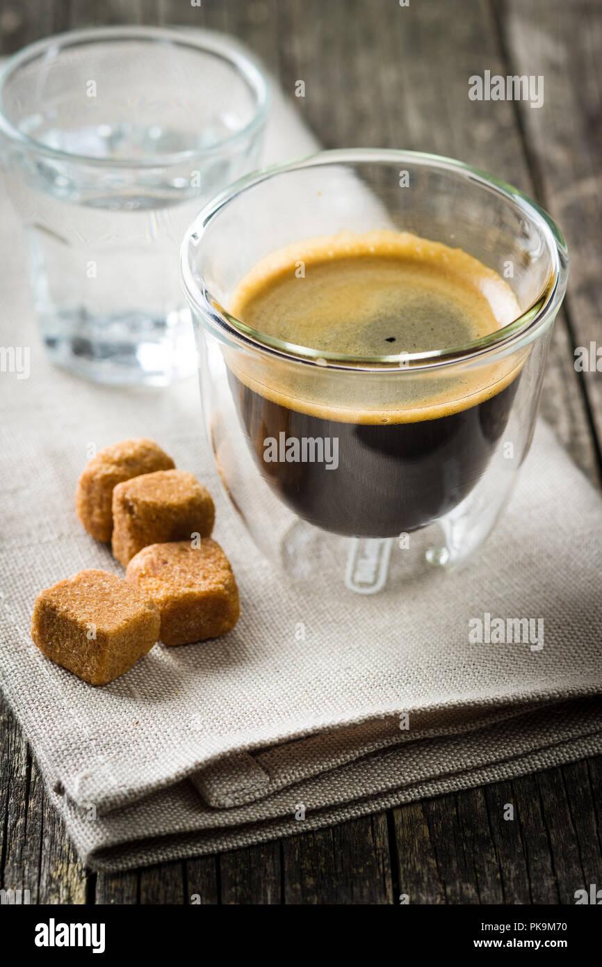 Tasse Espresso Kaffee und Zucker. Stockbild