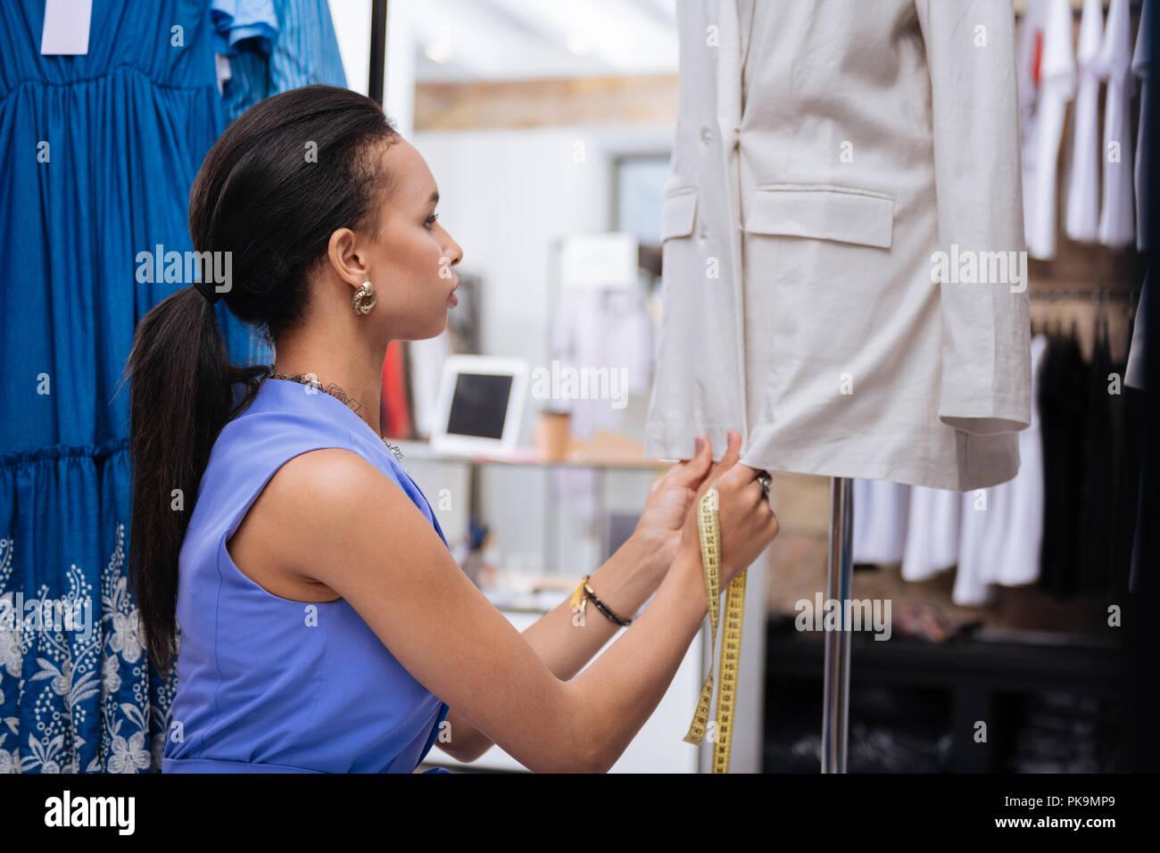 Aufmerksame weibliche Verkäufer Vorbereitung zum Öffnen Stockbild
