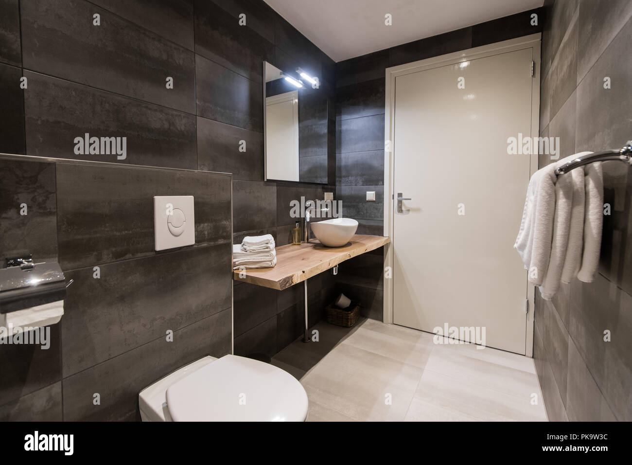 Moderne Badezimmer Fliesen  Mit Der Weißen Und Grauen Fliesen. Es Ist Ein  Weißes Waschbecken Mit Zubehör, Großem Spiegel, Handtuchhalter, Wc, ...