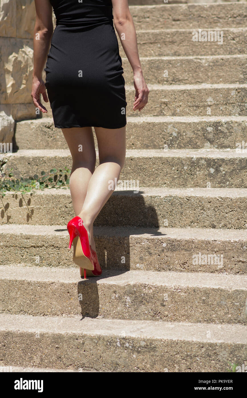 Frau In Schwarzem Kleid Und Rote Schuhe Zu Fuss Die Treppen Hinauf