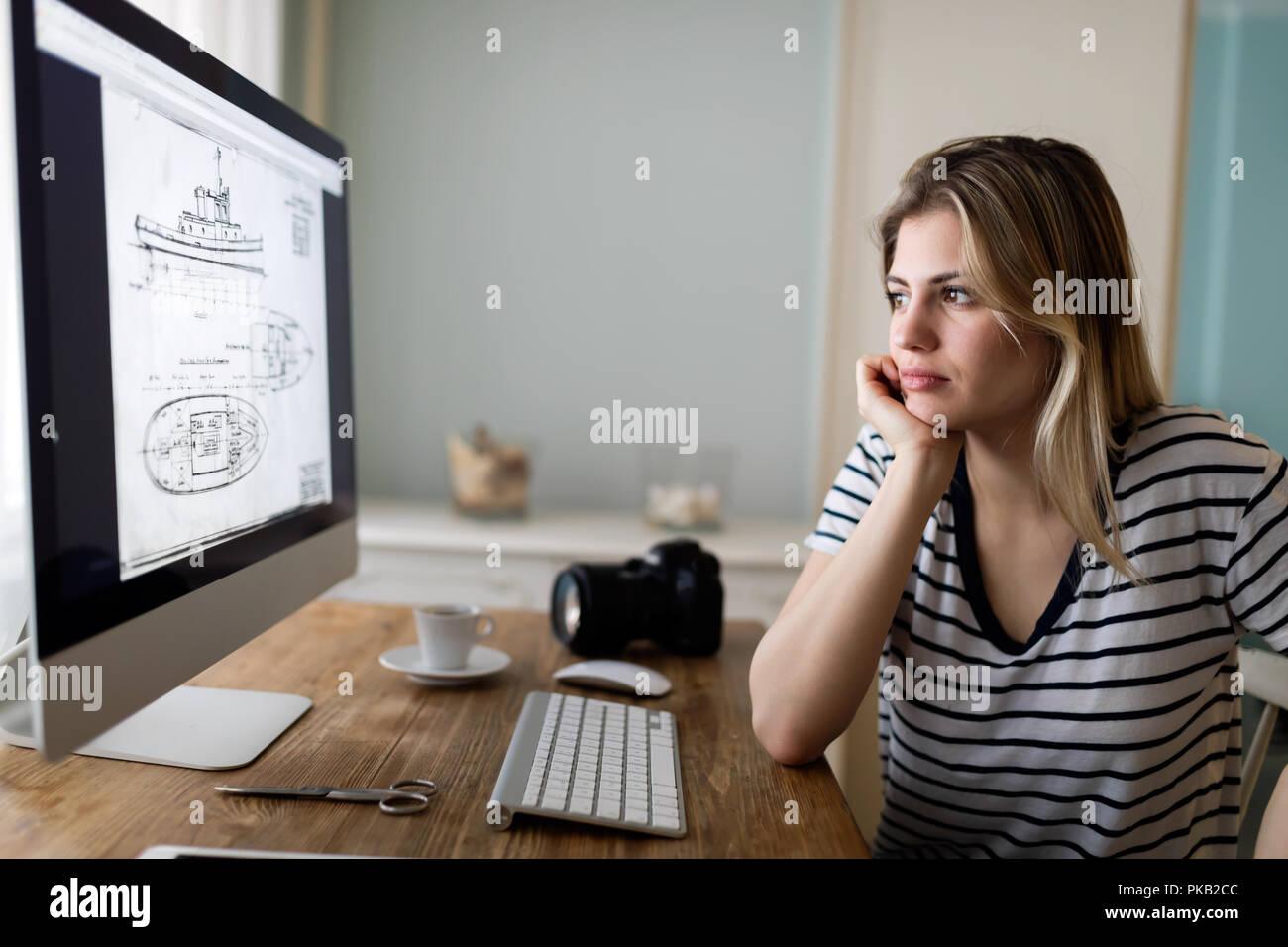 Porträt der jungen Frau zu Hause entwerfen Stockbild