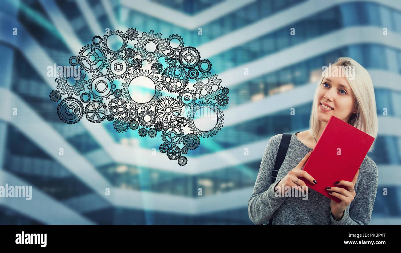 Kreative Schüler Frau mit einem roten Buch und denken. Gang Hologramm, Zahnrädern in der Form des Gehirns angeordnet. Zukunft Technik der künstlichen Intelligenz. Stockbild