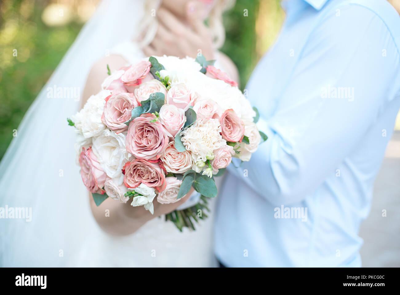 Close Up Hochzeit Paar Nebeneinander Halten Blumenstrausse In Weiss