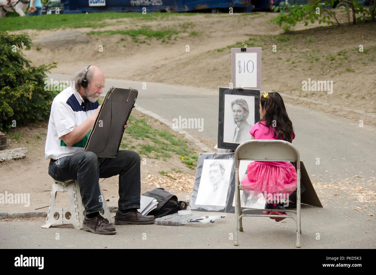 New York City, USA - Mai 05, 2015: Ein Künstler Verfasser Zeichnung Porträt eines jungen Mädchens im Central Park Stockbild