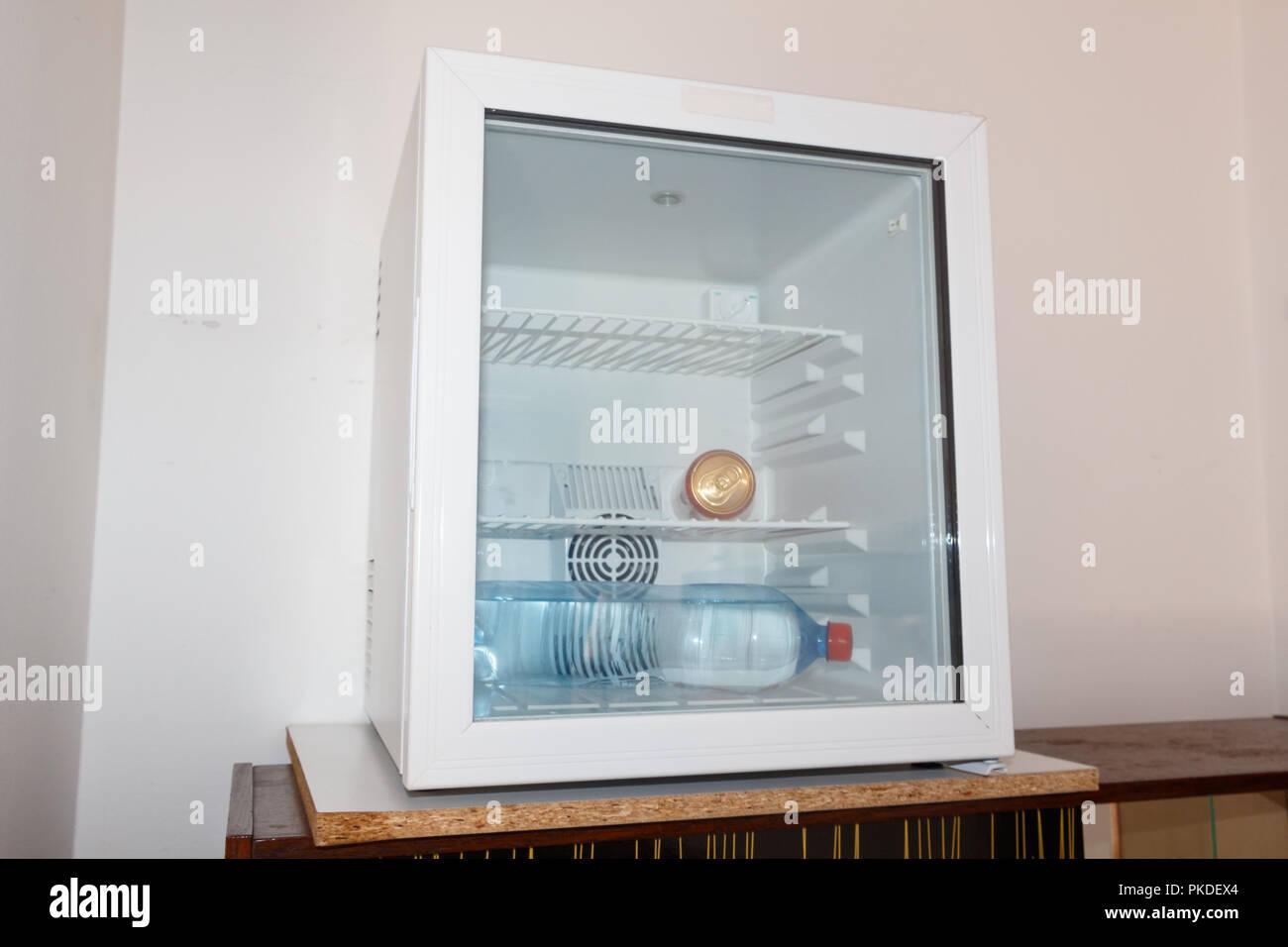 Kühlschrank Glastür : Soda und eine flasche wasser in einen kleinen kühlschrank mit