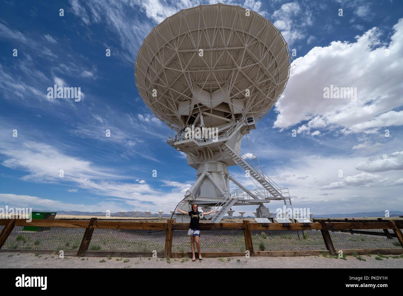 Schöne Frau wirft Skala der sehr großen Array in New Mexico zu zeigen Stockfoto