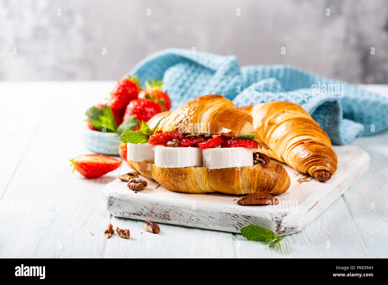 Sandwich Croissant mit Ziegenkäse Stockbild