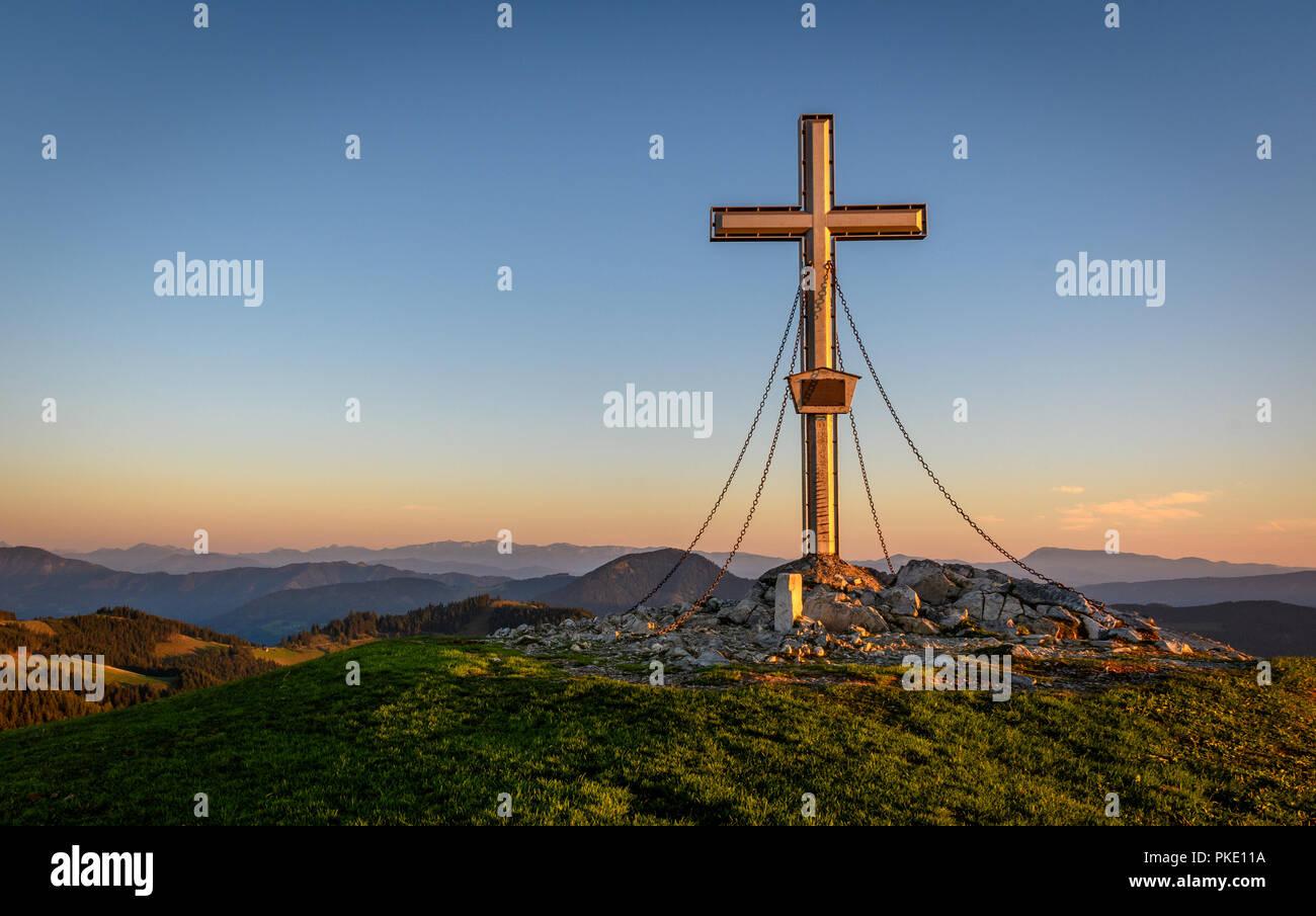 Gipfelkreuz am Morgen Stockfoto