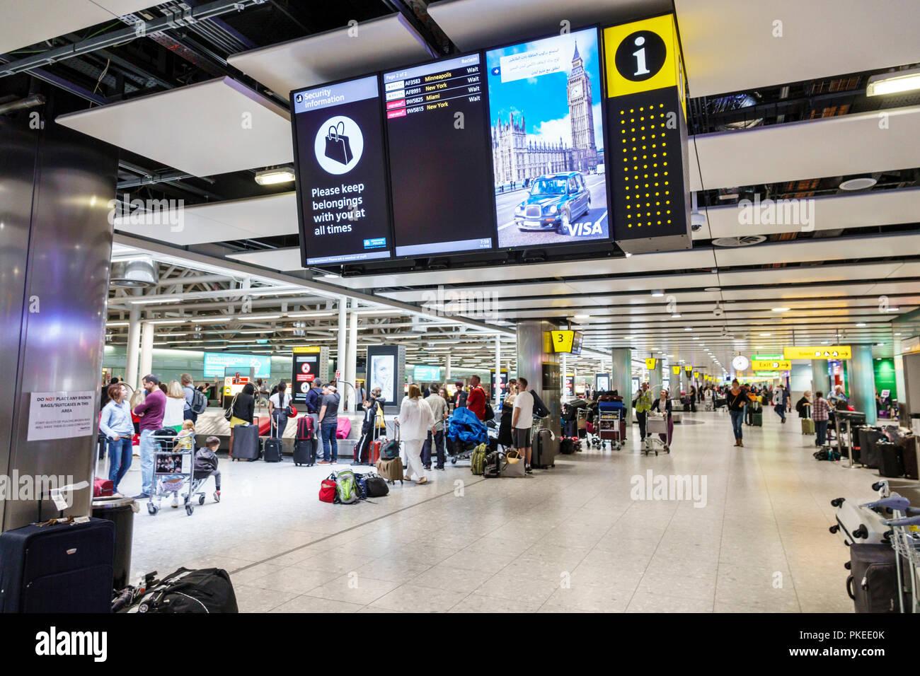 London England Grossbritannien Vereinigtes Königreich Heathrow Flughafen LHR Ankünfte Gepäckausgabe Karussell Stockbild
