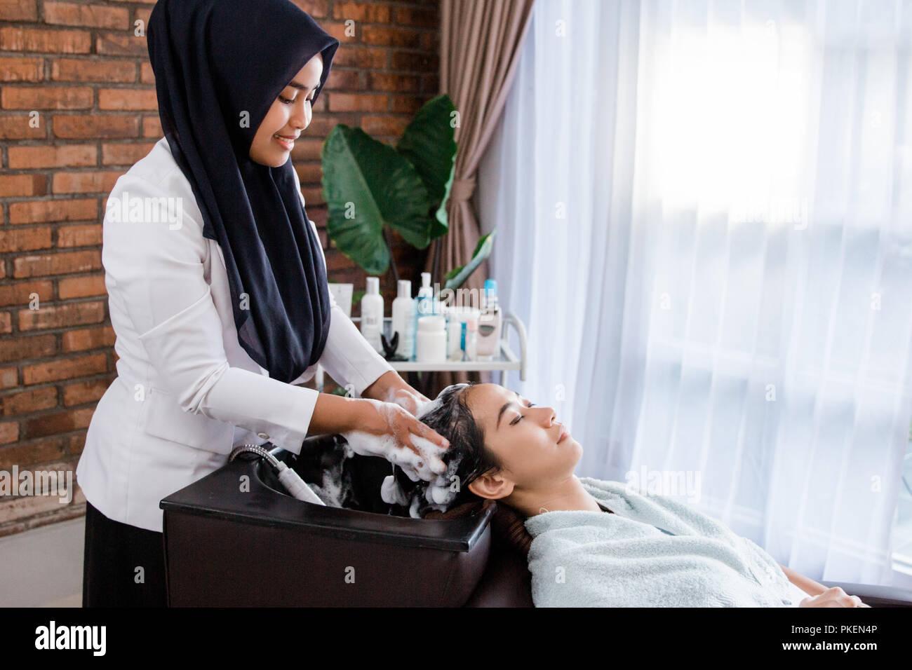 Frau ihr Haar immer gewaschen Stockbild