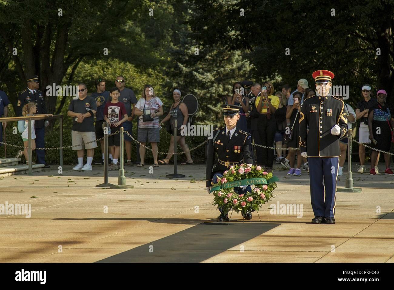 """Soldaten aus dem 3. US-Infanterie Regiment """"der alten Garde"""", für eine Kranzniederlegung Zeremonie durch die erste Armee auf dem Arlington National Cemetery, 12.08.10, 2018 in Arlington, Virginia. ihren hundertsten Geburtstag, Soldaten und Senior Leadership aus der ersten Armee zu markieren Vorbereitung besucht die Gräber von verschiedenen Persönlichkeiten aus der gesamten Geschichte der Einheit gefeiert. Eine öffentliche Kranzniederlegung Zeremonie wurde auch am Grab von General der Armeen John J. Pershing, ersten kommandierenden General der Einheit statt. Stockbild"""