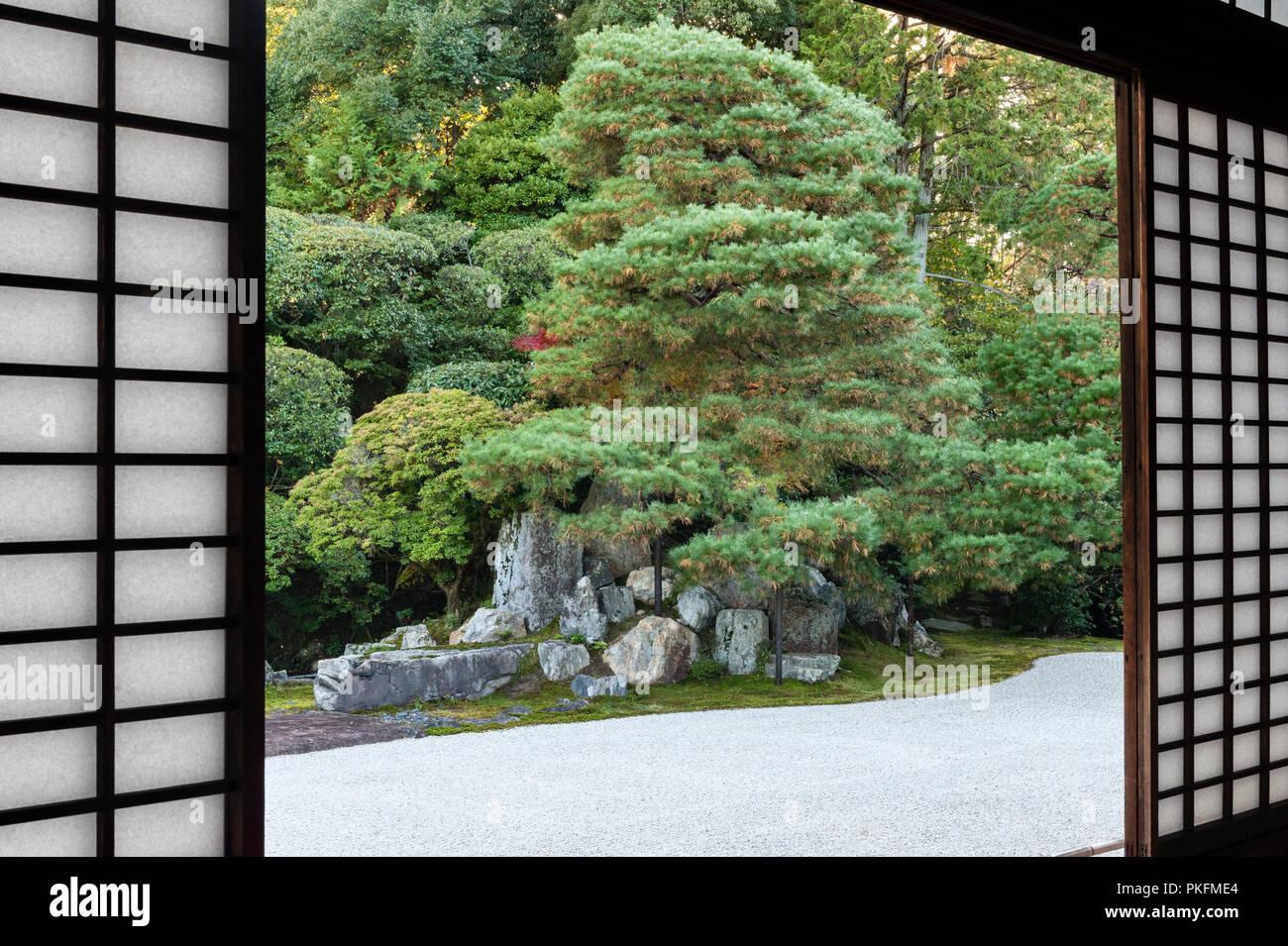 """Nanzen-ji, Kyoto, Japan. Die """"Kran Insel' gesehen durch das Papier Schiebetüren oder Bildschirmen (Shoji) von der Rezeption Zimmer im Konchi-in Zen Tempel Stockbild"""
