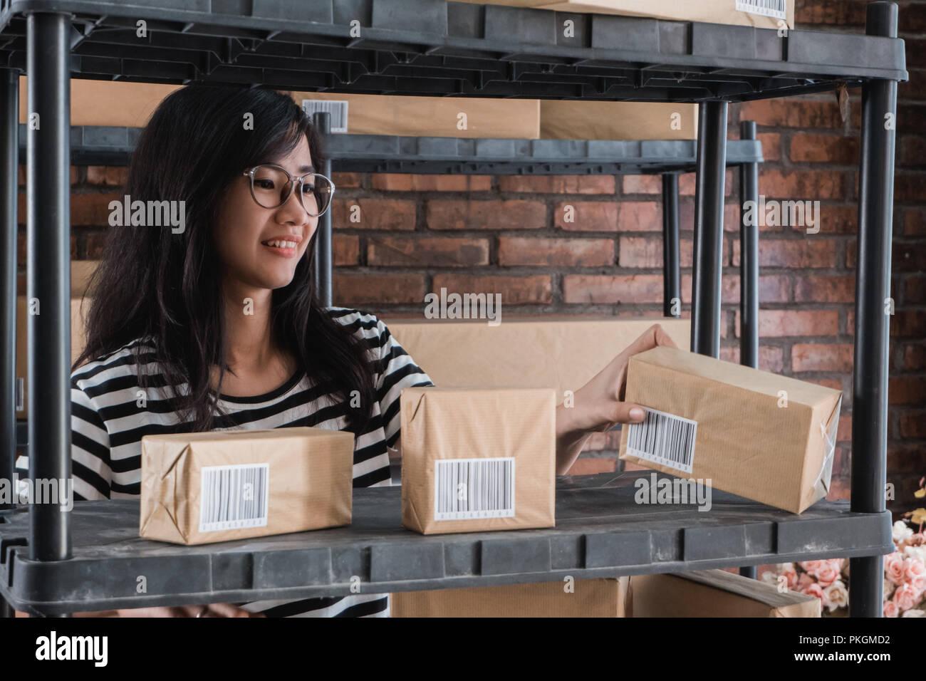 Jungen asiatischen on-line-Geschäft Inhaber Stockbild