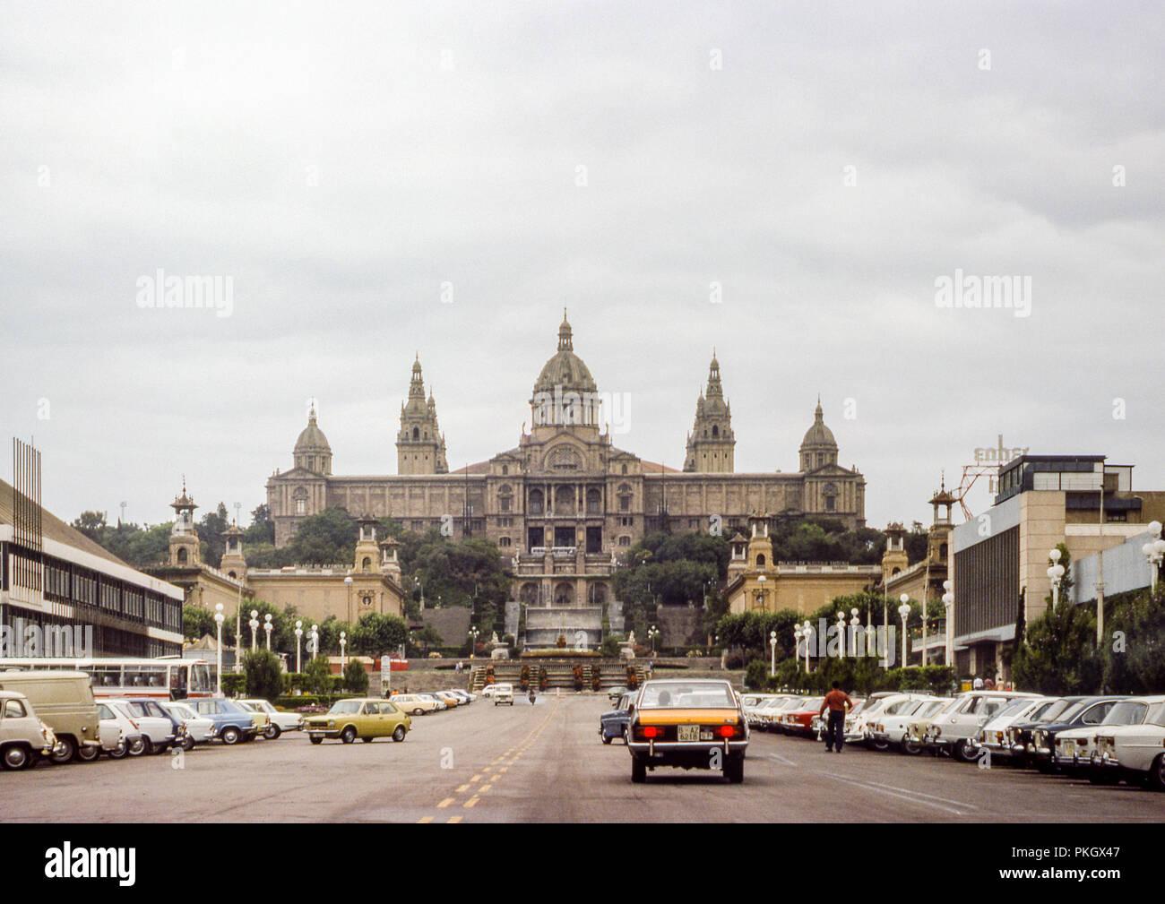 Im National Palast von Montjuïc - Palacios de Alfonso XIII y Victoria Eugenia wie von der Avinguda de la Reina Maria Cristina - Original 1975 Archivierung Foto gesehen. Stockbild