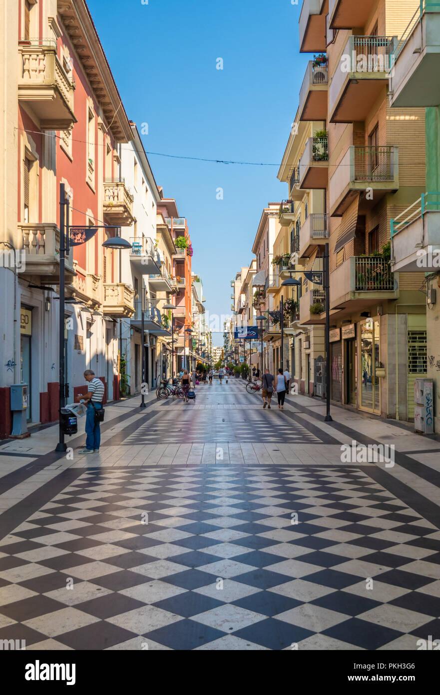 Pescara (Italien) - Die moderne historische Zentrum der Stadt in der Region  Abruzzen, während ein Sommer Sonntag Morgen Stockfotografie - Alamy