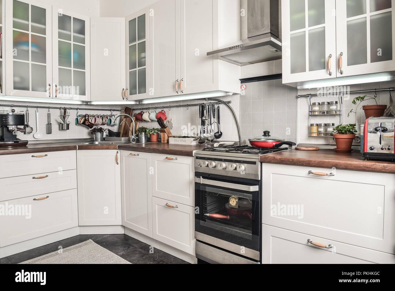 Sehr Innenraum der Küche im skandinavischen Stil mit weißen Möbeln und DN76