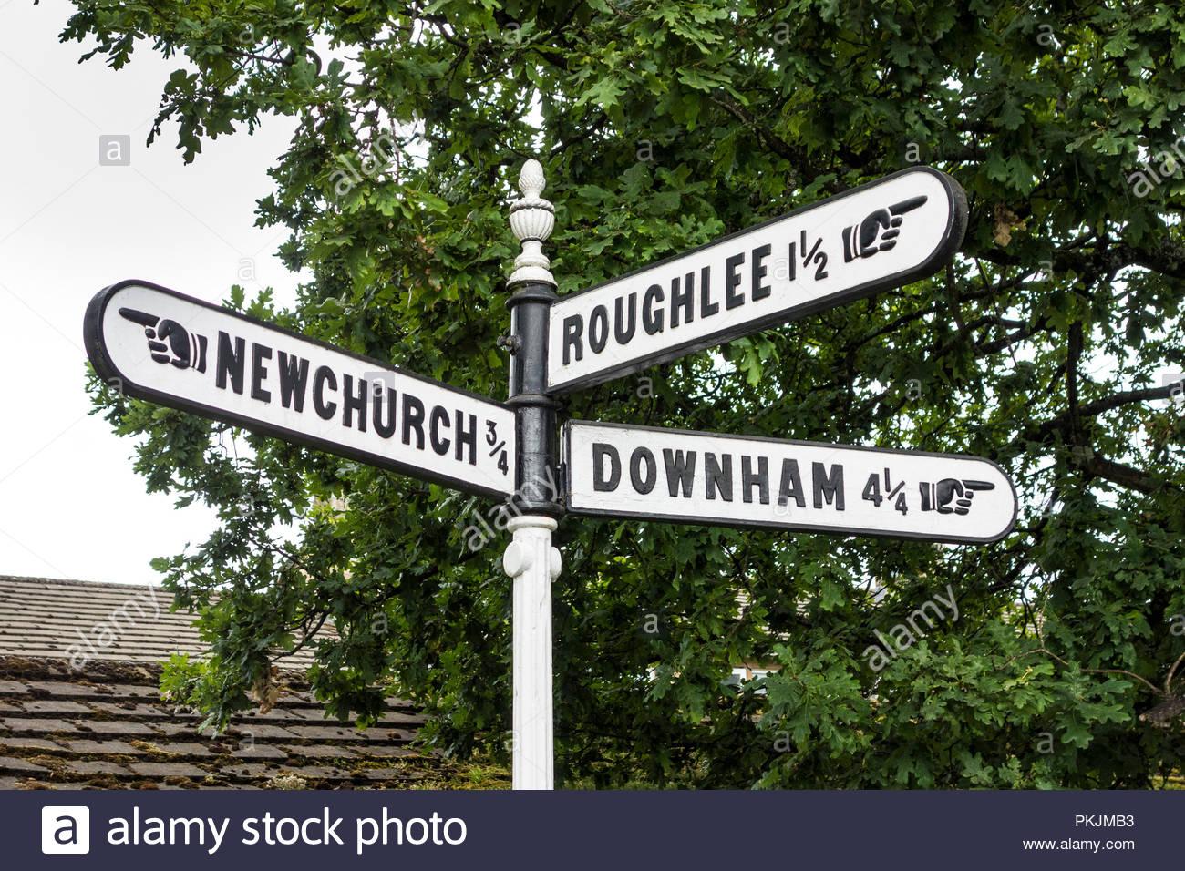 Kennzeichen post (finger Post) in Gerste, Lancashire, die auf Newchurch, Roughlee und Downham Stockbild
