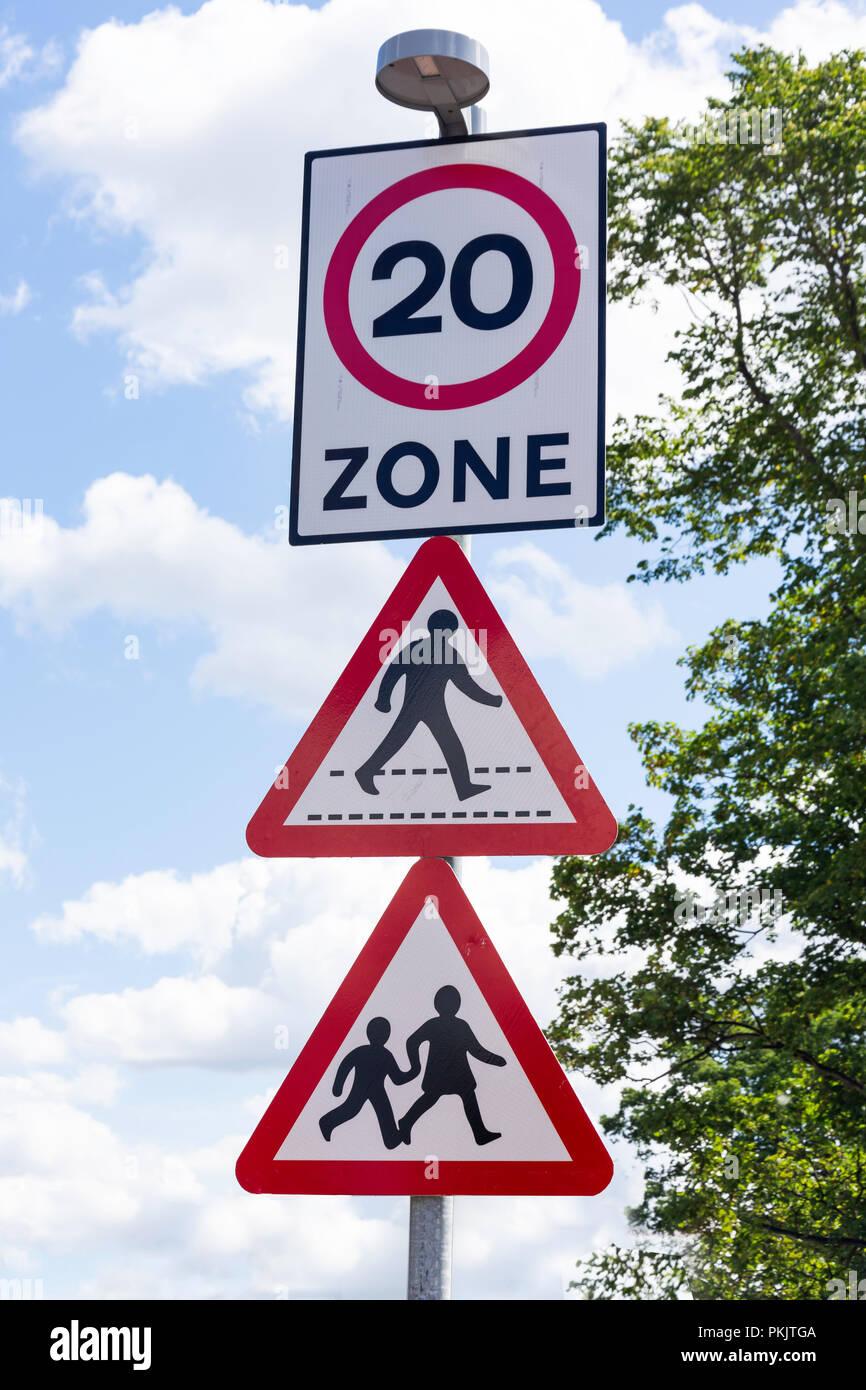Mehrere Verkehrsschilder, Langley Road, Langley, Berkshire, England, Vereinigtes Königreich Stockbild