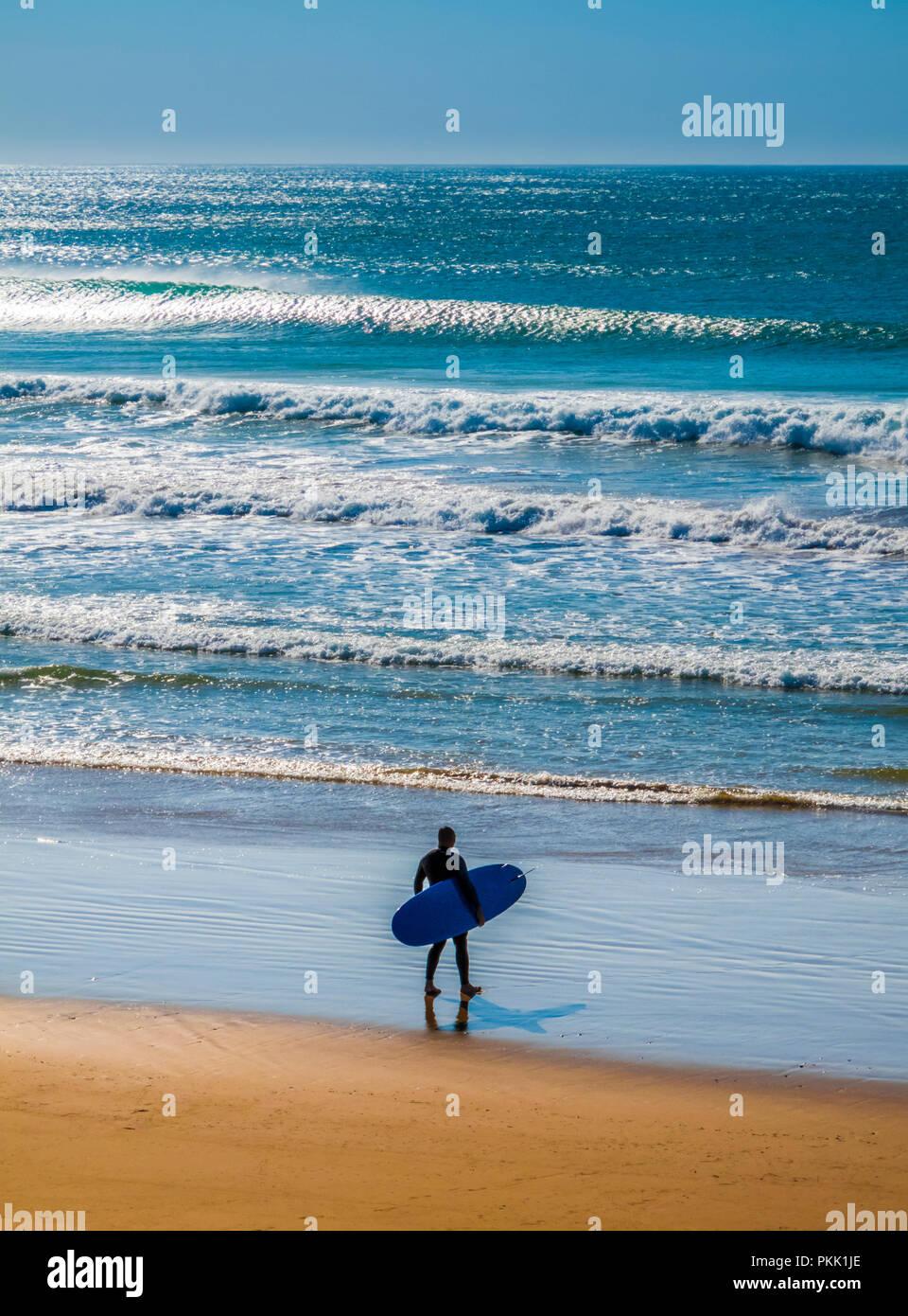 Silhouette der Surfer in der Brandung. Stockbild