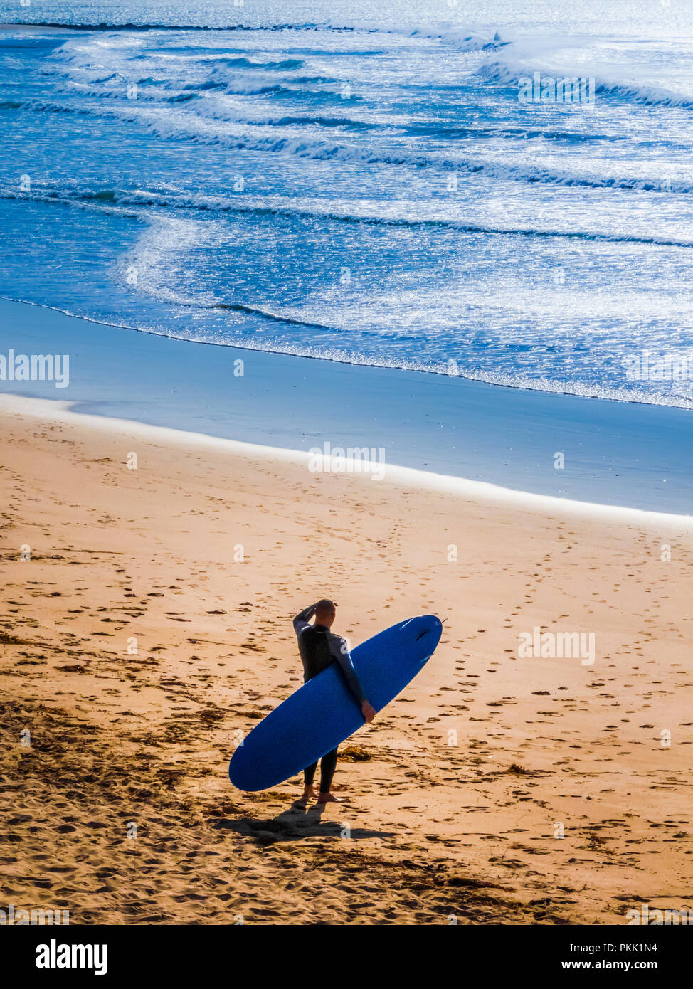 Silhouette von Surfer am Strand die Surfbedingungen. Stockbild