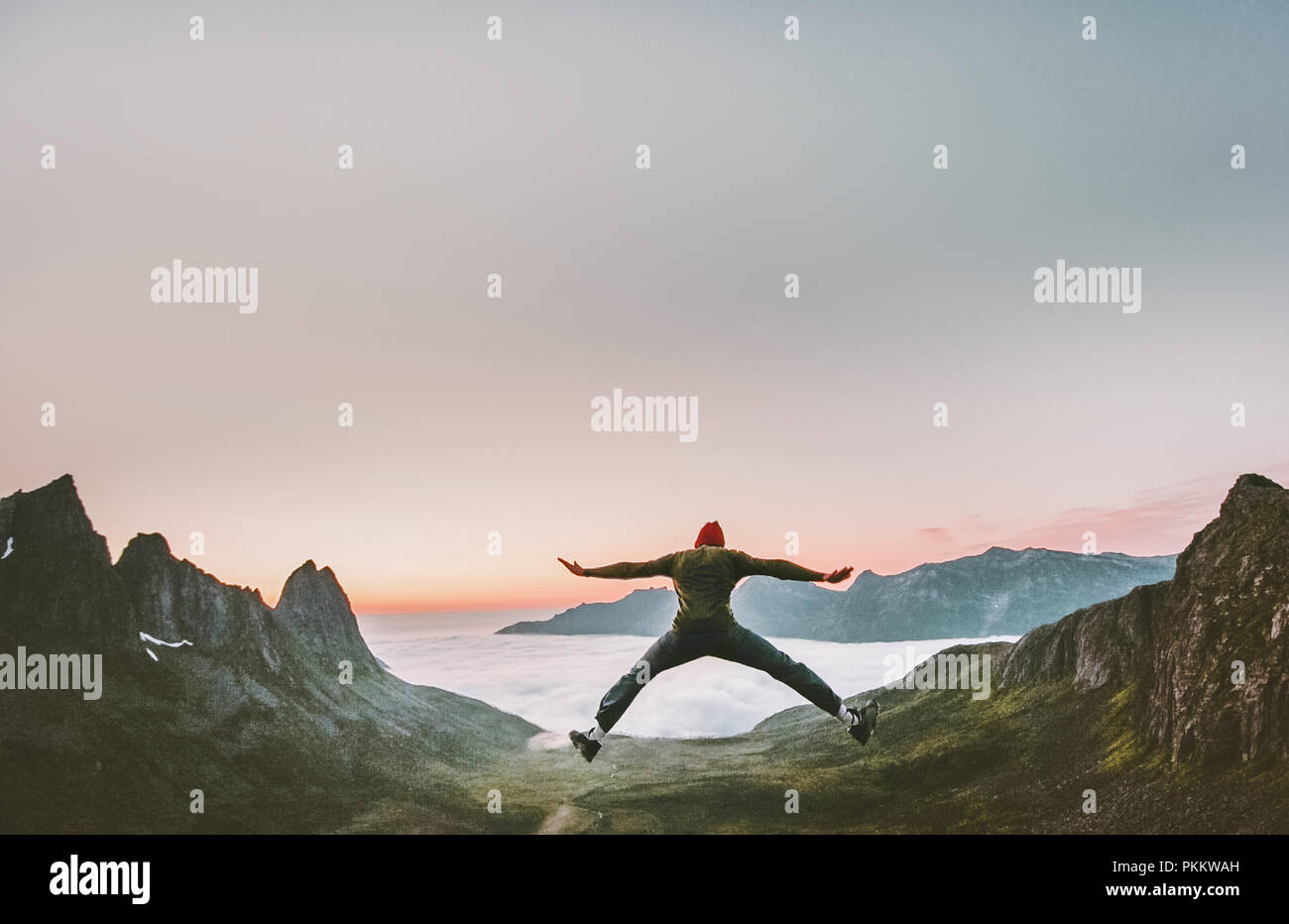 Glückliche Menschen springen in Bergen Urlaub Outdoor Reisen Lifestyle adventure Concept Active erfolg Motivation und Spaß Euphorie Emotionen Stockbild