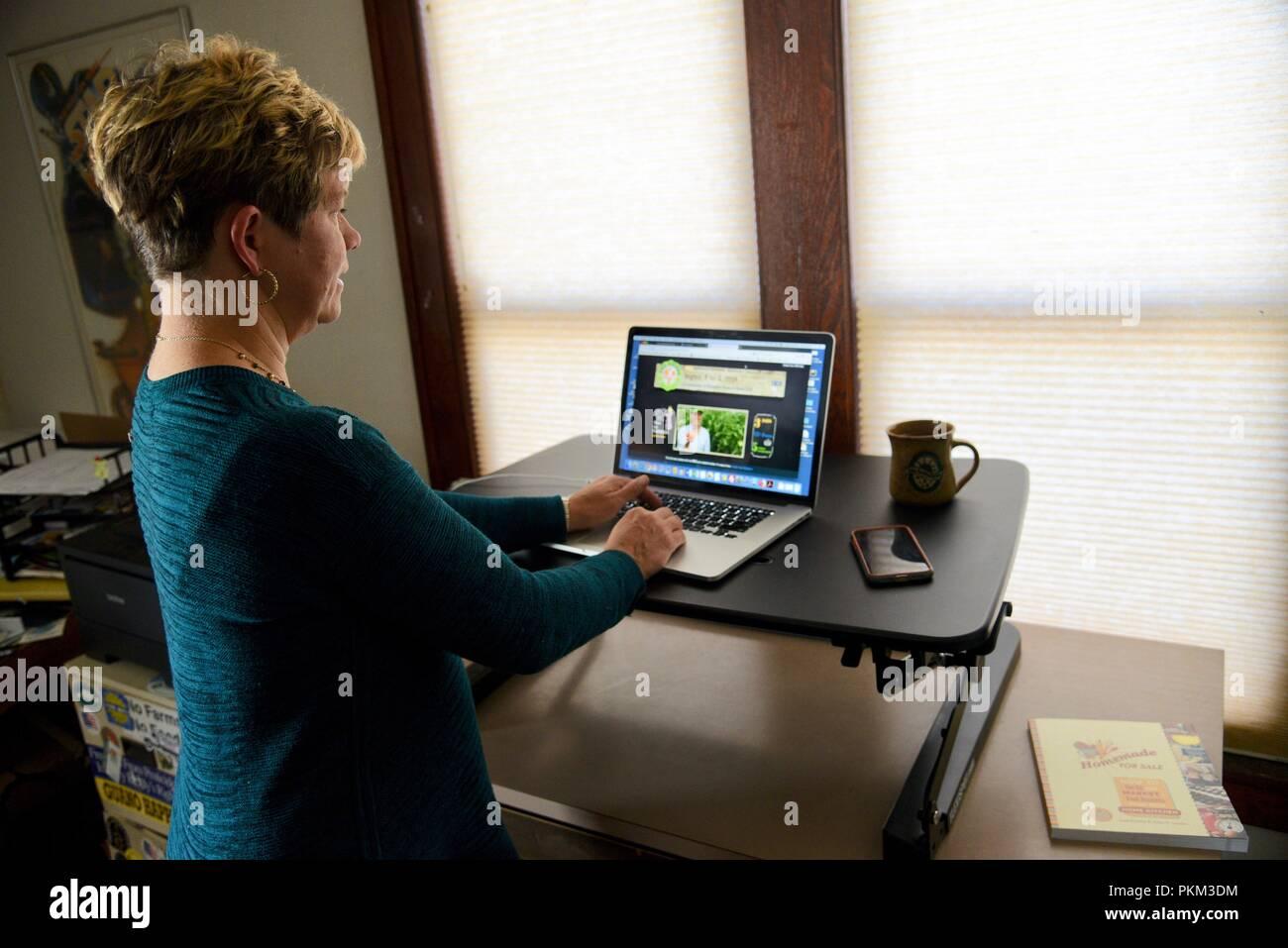 Mitte Alter Business Frau Stehen Und Arbeiten An Apple Macbook Pro