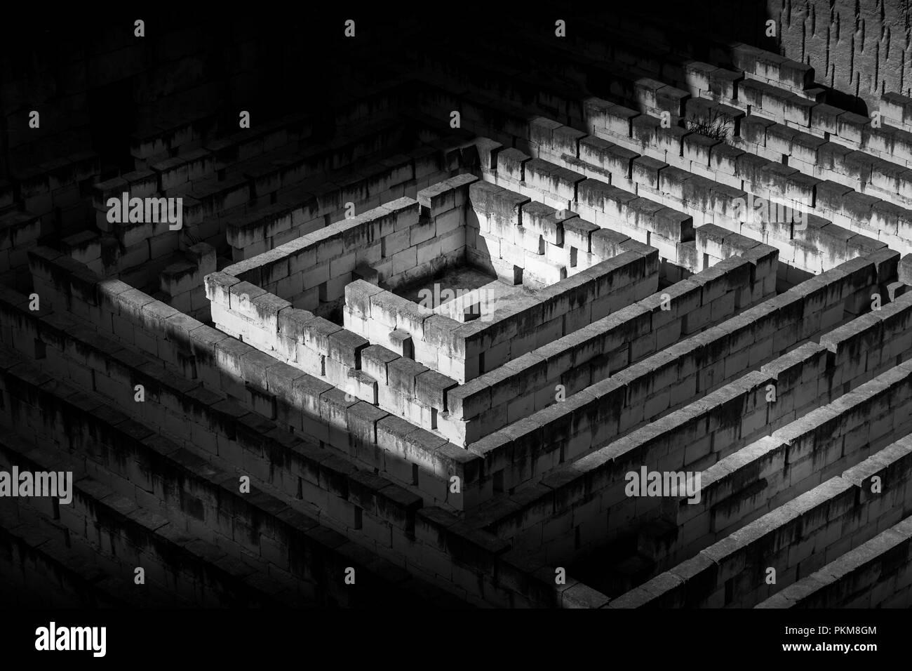 Labyrinth aus Stein: konzeptuelle für Frage, Freiheit und Reise Stockbild