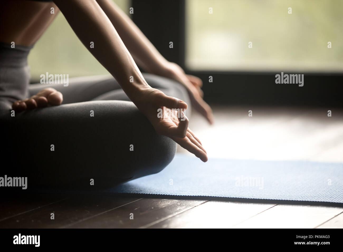 Mudra Geste, sportliche Frau Yoga Stockbild
