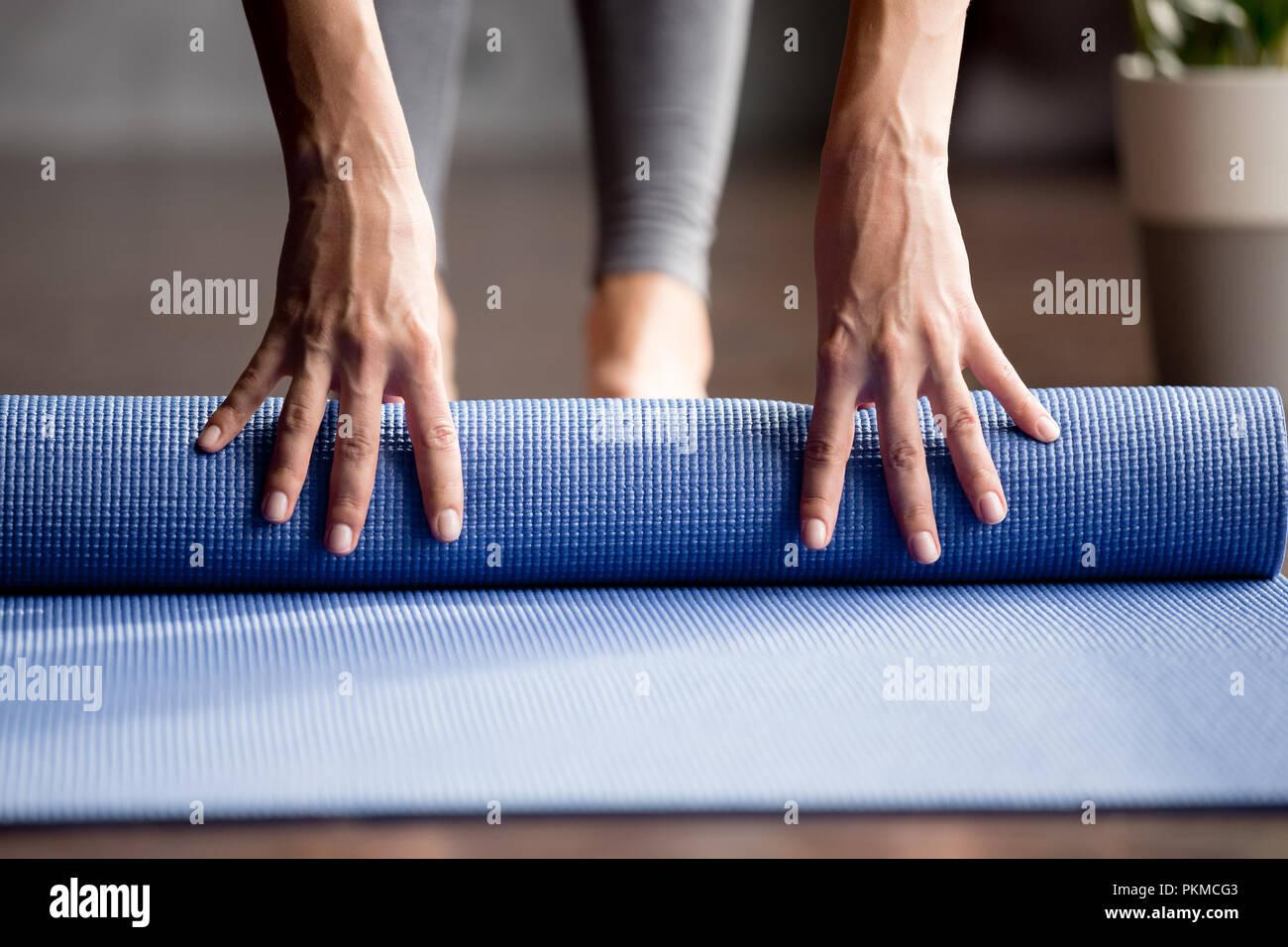 Mädchen Hand klappbaren blauen übung Matte am Boden Stockbild