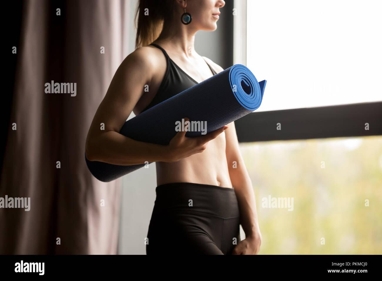 Sportlich schlanke Frau mit blauen Yoga Matte Stockbild