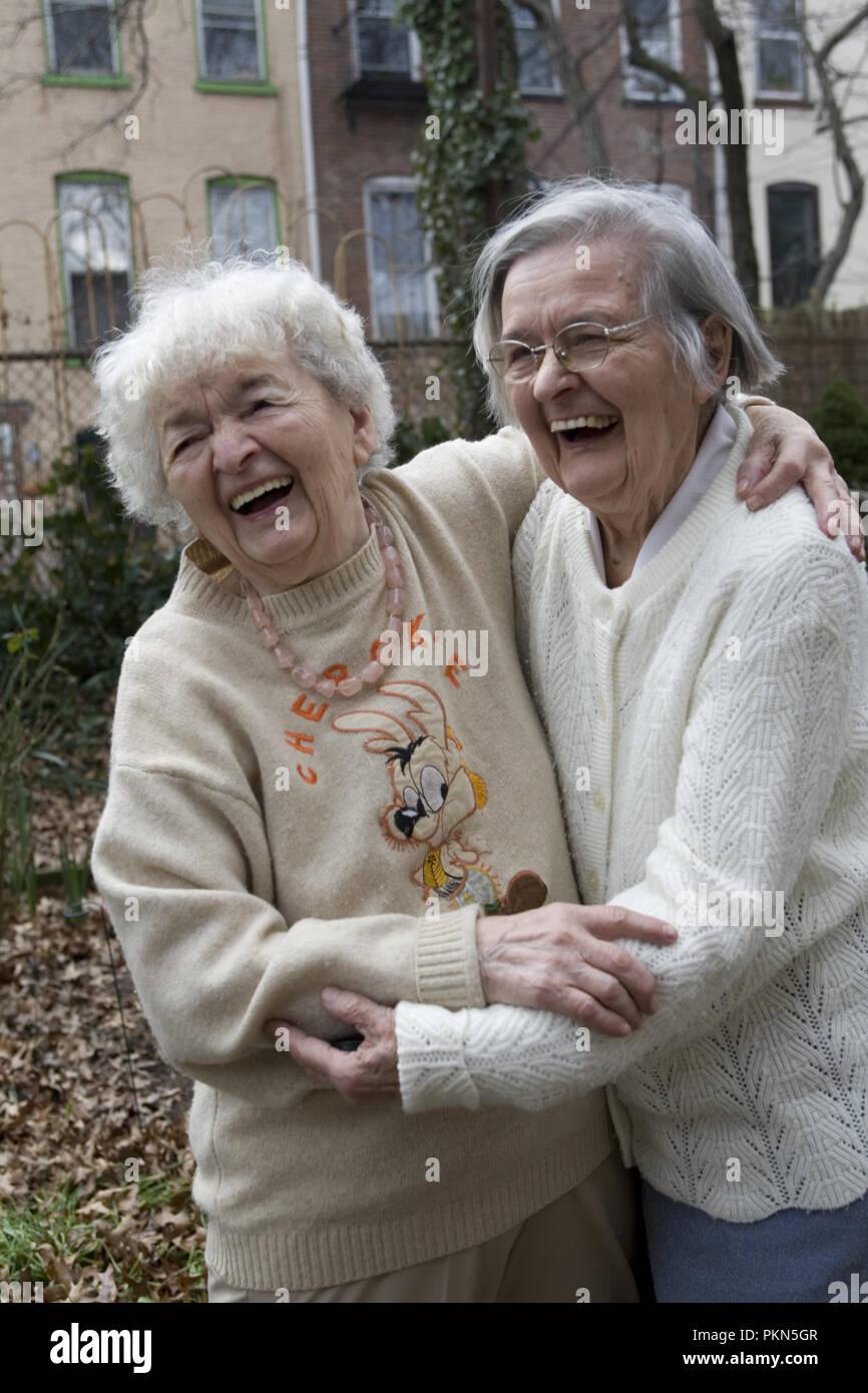 Zwei Schwestern, 93 (L) und 89 (R). Auf der rechten Seite, von Polen Schwester, besucht ihre Schwester in Brooklyn, NY. Stockbild