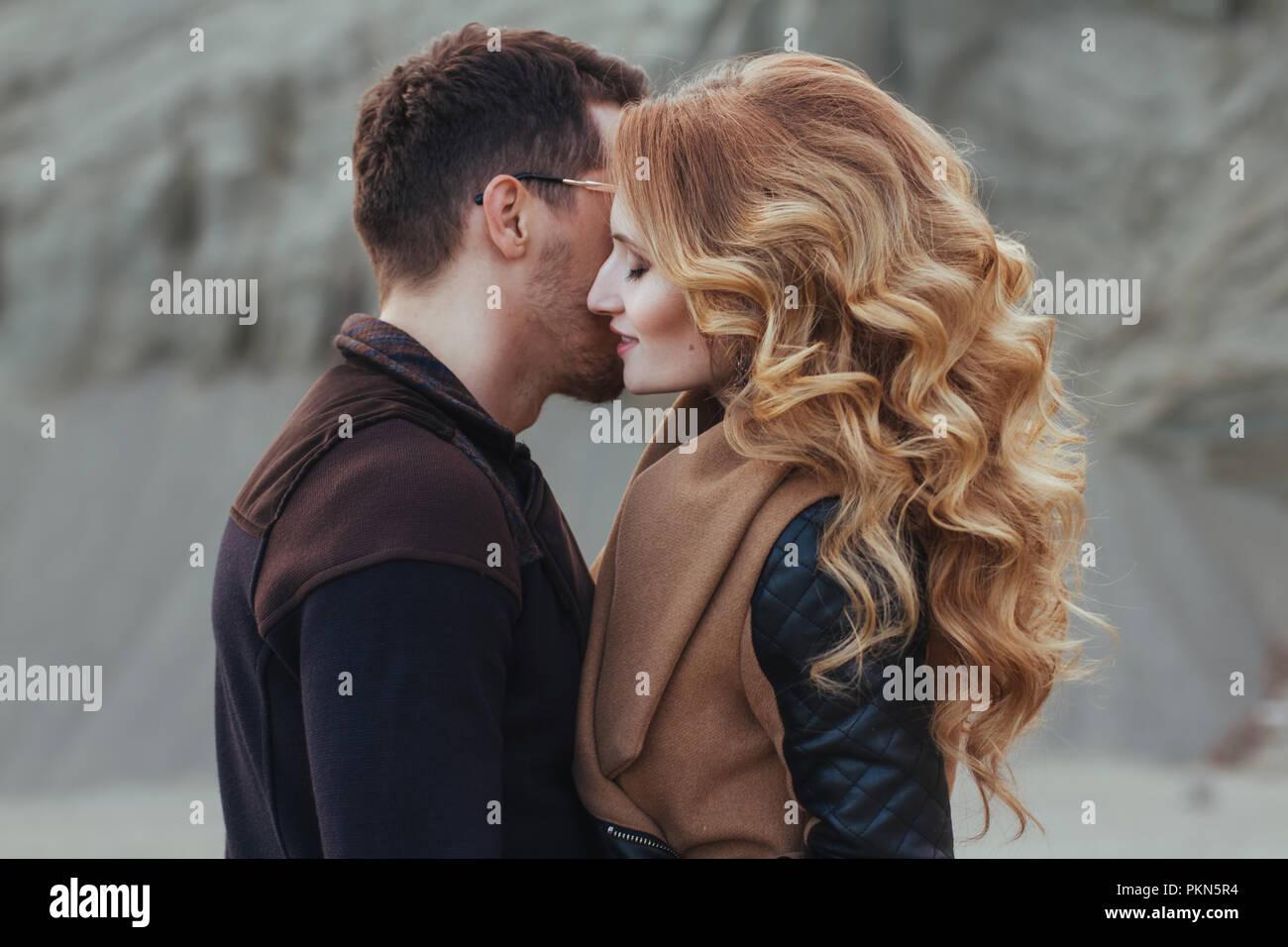 Schönes Paar in Liebe am Valentinstag. Glückliches junges Paar auf dem sandigen Berge an einem bewölkten Tag Stockbild