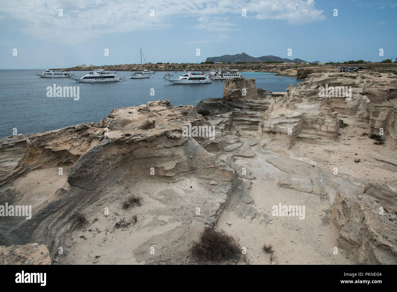 Felsküste und Badestrand auf der Insel Favignana nahe Neapel Stockbild