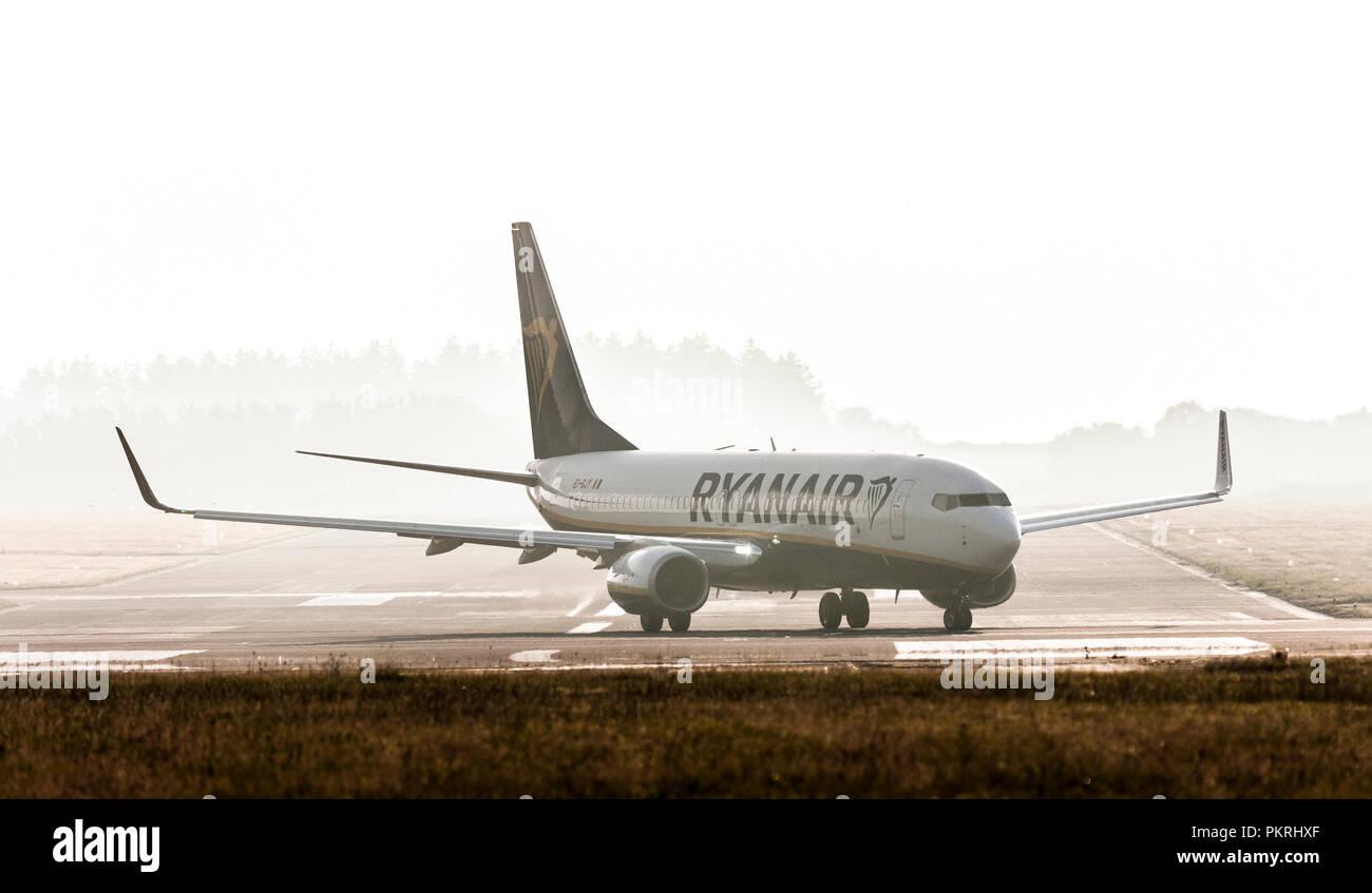 Cork, Irland. 11. Juli 2018. Ryanair Boeing 737 Rollen auf die Piste 16/34 in der Vorbereitung für einen Flug nach Lanzarote vom Cork Flughafen nehmen, Stockbild