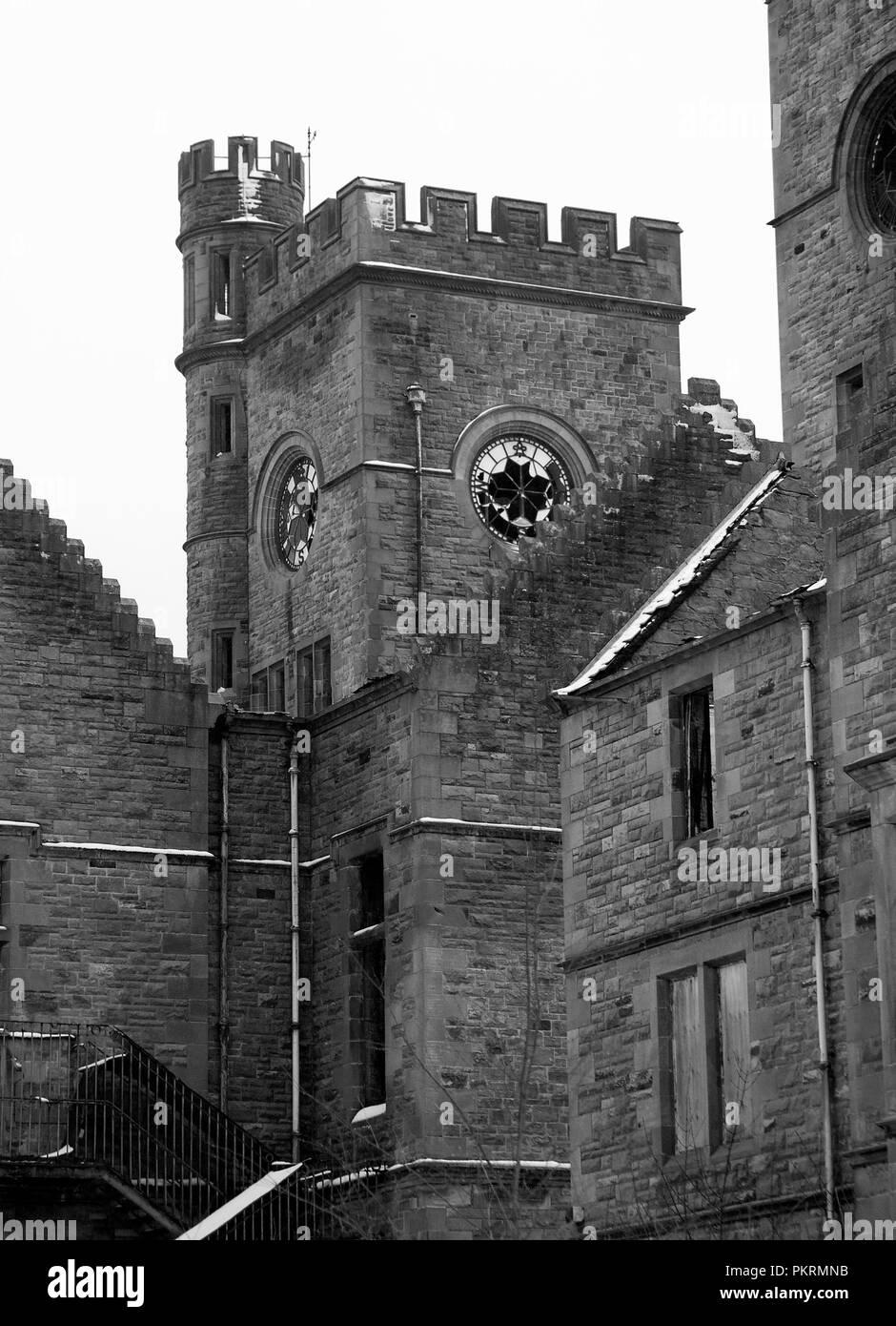 HARTWOOD, Schottland - 03 Dezember 2011: Einer der Twin Tower Uhren in Hartwood Krankenhaus. Sleep Hospital ist ein aus dem 19. Jahrhundert psychiatrischen Klinik. Stockbild