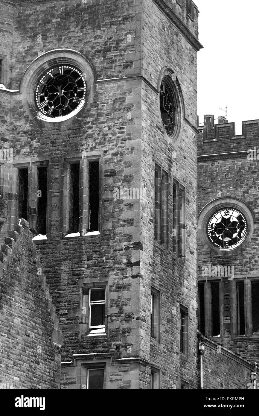 HARTWOOD, Schottland - 03 Dezember 2011: die Twin Tower Uhren in Hartwood Krankenhaus. Sleep Hospital ist ein aus dem 19. Jahrhundert psychiatrischen Klinik. Stockbild