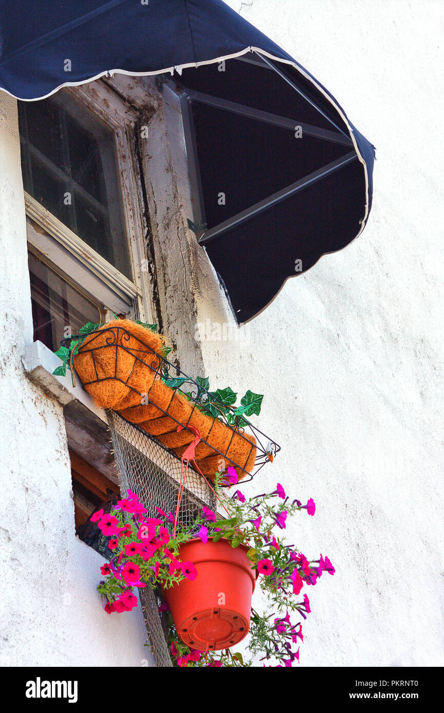 Seitenansicht des Fensters mit schwarzen Markise und Blumenkasten Stockbild