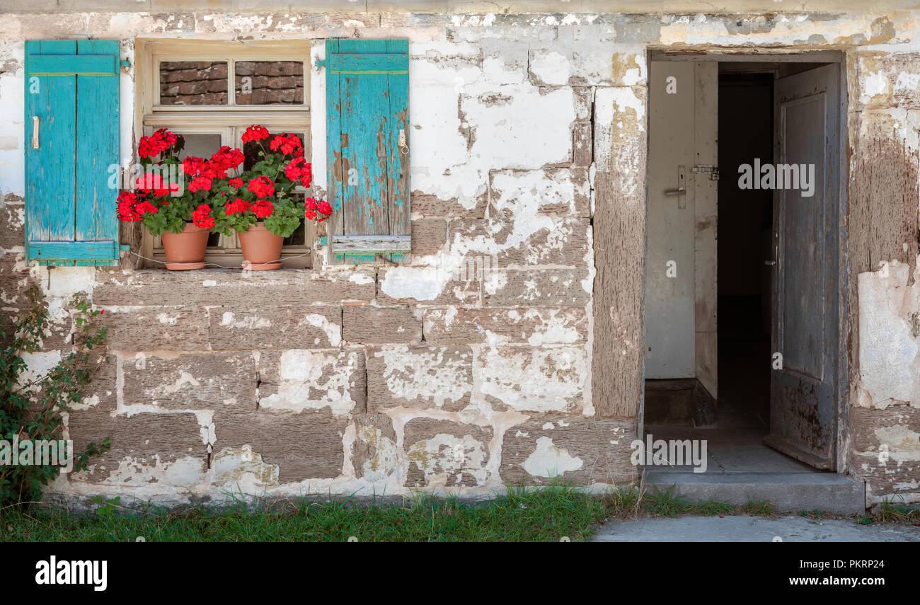 Haus Aussen Mit Offener Tur Fenster Mit Blauen Fensterladen Aus Holz