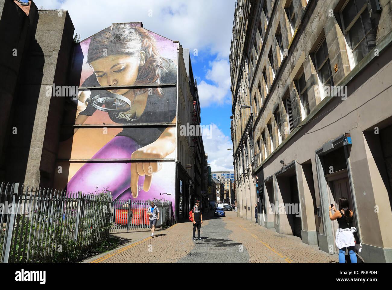 Das Stadtzentrum Wandbild Trail in Glasgow, wo Künstler auf der Straße bis Mietskasernen aufgehellt haben, und Werbetafeln um Brachflächen, in Schottland, Großbritannien Stockbild