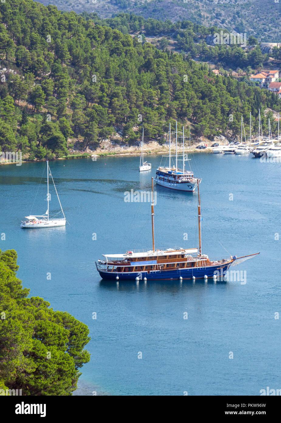 Schiffe im See Bay in der Nähe von Skradin Stadt. Stockfoto