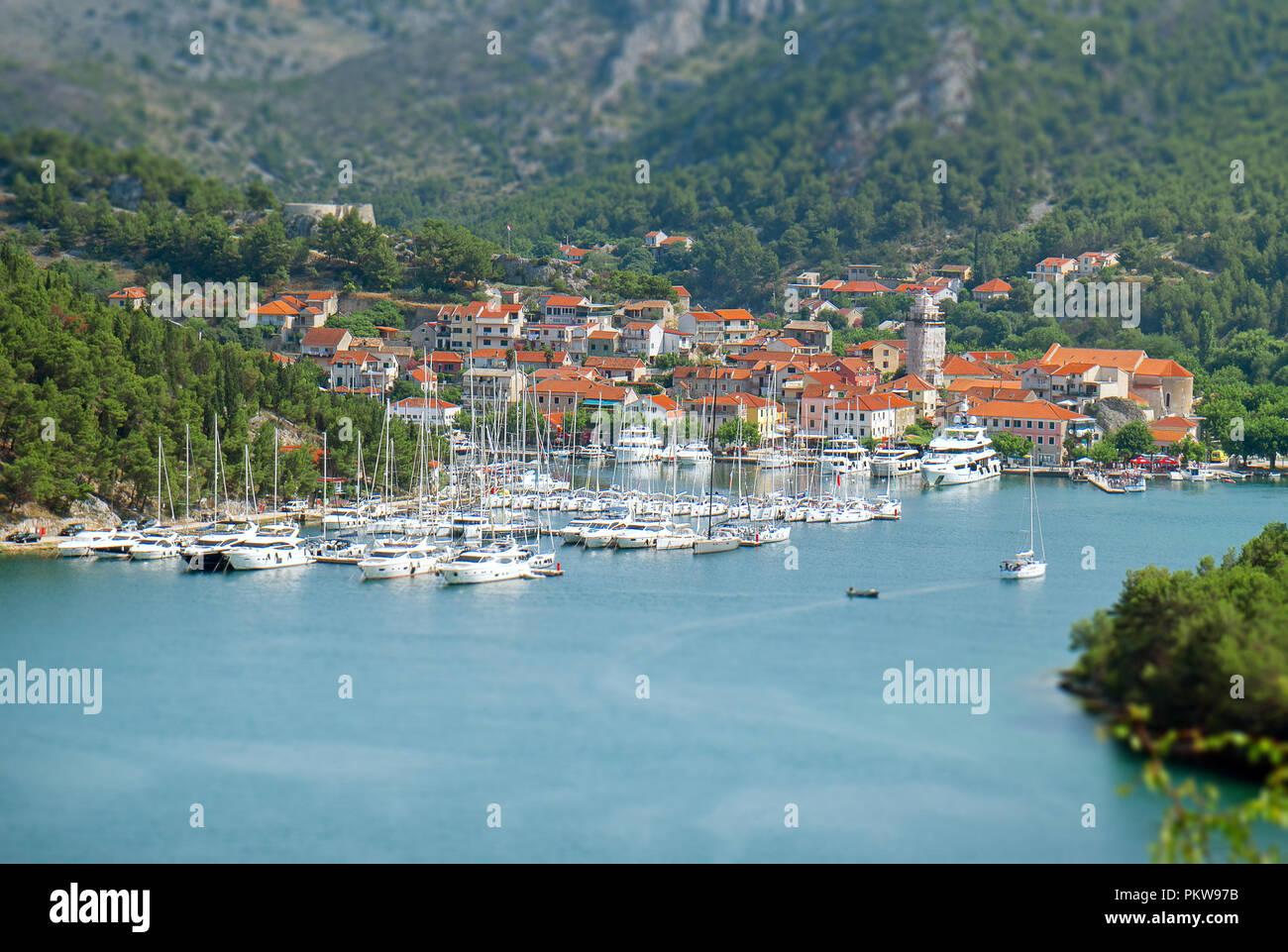 Skradin Stadt und Bucht mit Schiffe und Yachten in Kroatien. Stockfoto