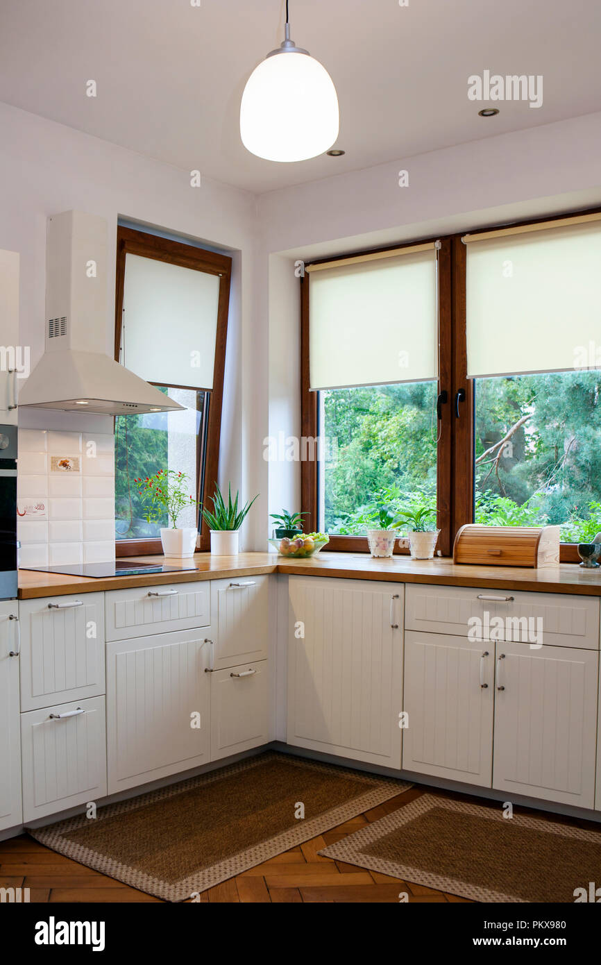 Innenraum der Weißen Moderne Küche Stockfoto