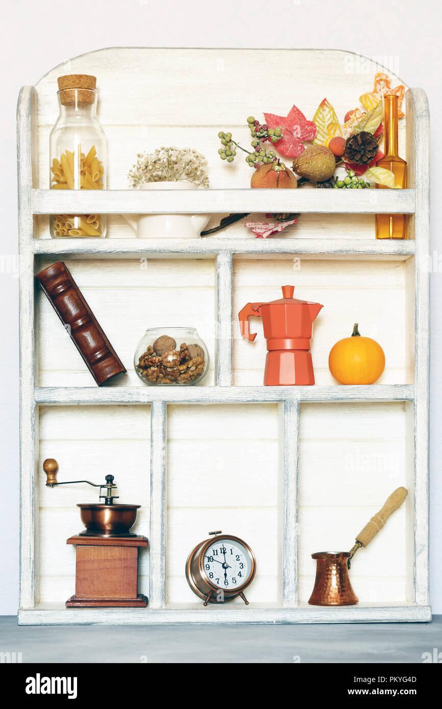 Kuche Holz Weiss Schrank Hintergrund Mit Geschirr Und Essen Stockfoto