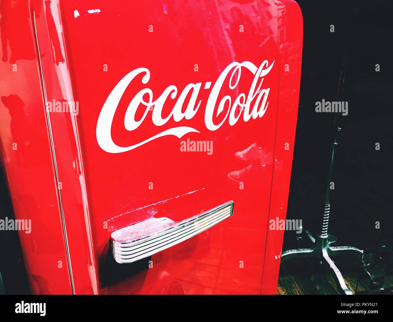Kühlschrank Coca Cola : Coca cola logo auf eine cola rot retro kühlschrank kühlschrank